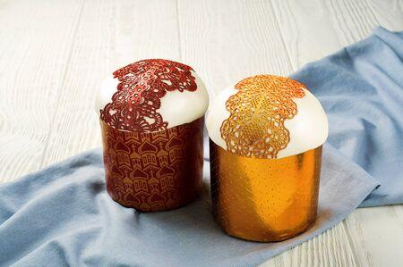ブルーのリネン ナプキンに 2 つの甘いイースター パン ケーキ 写真素材