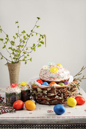 伝統的なロシア正教会のイースター (復活祭) 食品: イースターのパンと塗装卵
