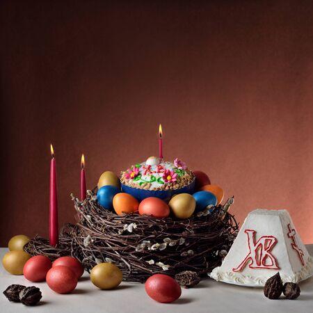 伝統的なロシア正教会のイースター (復活祭) 食品: イースターのパン、チーズ ケーキ ハリストス、塗装卵