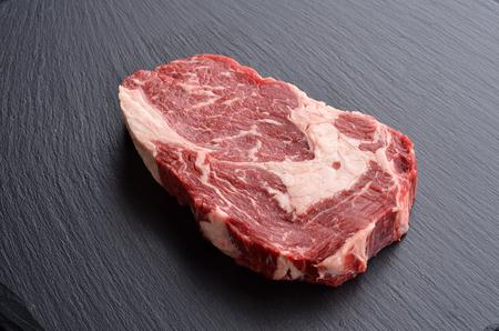 石の背景に新鮮な生プライム ブラック ・ アンガス ・ リブアイ ステーキ