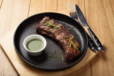 Prime Black Angus Skirt steak with sauce in a pan. Medium Well degree of steak doneness. 免版税图像