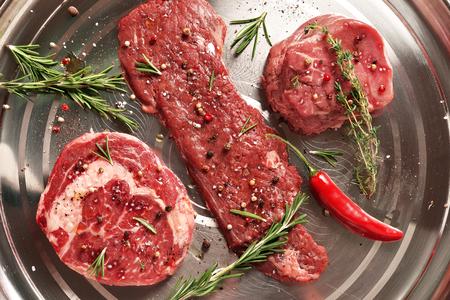 鋼の背景に新鮮な生プライム ブラック ・ アンガス牛のステーキ: スカート、リブアイ、フィレ肉 写真素材