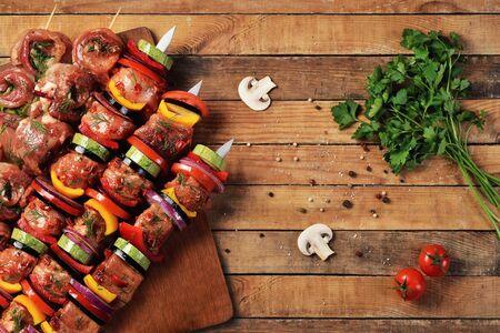 新鮮な生の肉や串に野菜のバーベキュー。平面図です。フラットが横たわっていた。 写真素材
