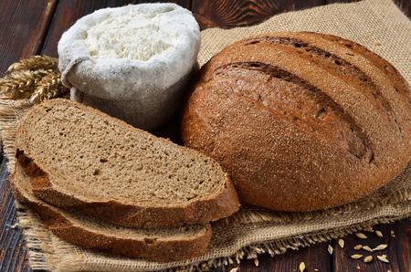 荒布背景上のスライスとライ麦ふすまパン