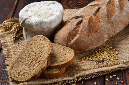 荒布背景上のスライスとライ麦パン