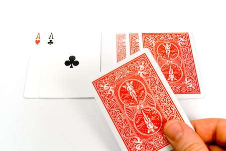 texas hold em: Una mano trata de una tarjeta en una ronda de Texas Hold 'em, aisladas sobre un fondo blanco.