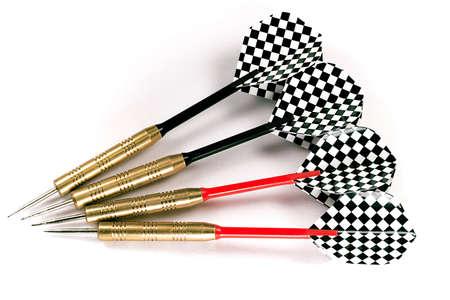shafts: Vier Pfeile mit schwarzen und roten Wellen, schwarz und wei� karierten Federn, erschossen isoliert vor einem wei�en Hintergrund.  Lizenzfreie Bilder