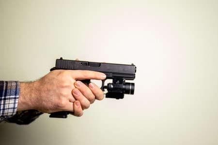 aiming with an handgun Standard-Bild
