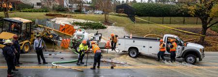Carrboro, NC, États-Unis - 5 novembre 2018 : Les pompiers et les travailleurs de l'Autorité de l'eau réparant une conduite d'eau cassée