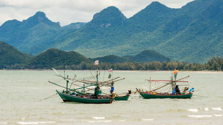 Traditional Thai ishing boats at the beach in Pak Nam Pram, Thailand 免版税图像