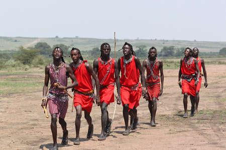 colonisation: Gli uomini Masai benvenuti danza - Safari Kenya Editoriali