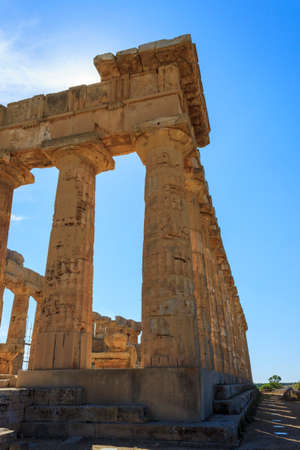 templo griego: Greek Temple E at Selinus in Selinunte - Sicily, Italy Foto de archivo