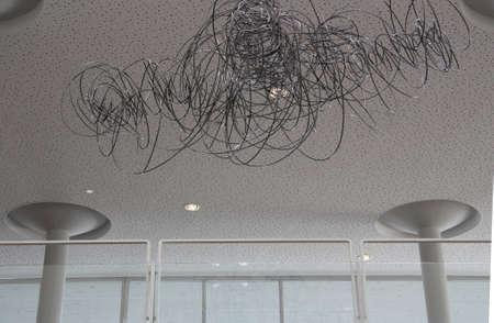 dissolved: Invece del lampadario tradizionale appeso al soffitto rotolo di filo disciolto.