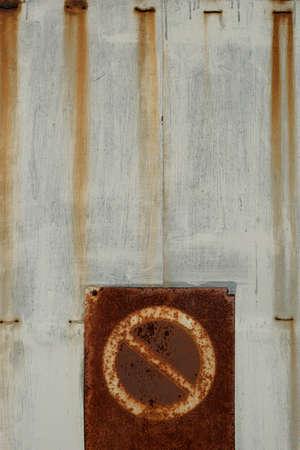 prohibido el paso: No se muestra de violación en una puerta oxidada Foto de archivo
