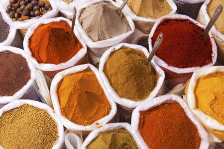 tiendas de comida: Los montones de especias de colores, mercado de Anjuna Foto de archivo
