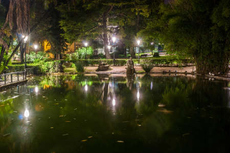 Night view of the lake in the public Estrela Garden in Lisbon, Portugal Banque d'images