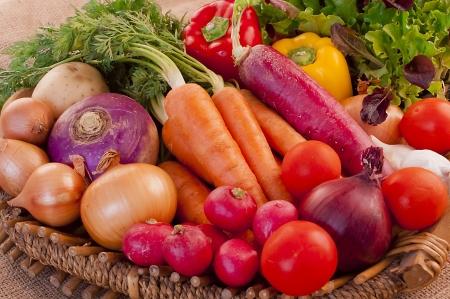 granjero: Cesta llena de verduras frescas, nutritivas y deliciosas