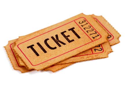 오래 된 입학 티켓 흰 배경에 고립의 작은 더미.