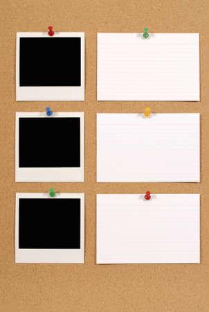 Kork oder Bulletin Board mit mehrere leere Sofortbildkamera Fotoabzüge und weißen Büro Karteikarten. Platz für die Kopie. Standard-Bild