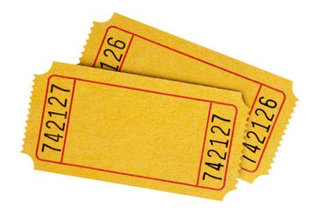 Deux jaunes cinéma billets vierges isolé sur un fond blanc.