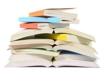 paperback: Pila disordinata o pila di libri tascabili colorati isolato su uno sfondo bianco. Spazio per la copia. Archivio Fotografico