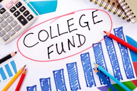 fondos negocios: Las palabras del Fondo Colegio círculo en rojo rodeado por los gráficos, calculadora, libros y lápices.