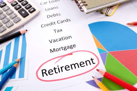 fondos negocios: La palabra de Retiro círculo rojo con una lista de obligaciones de ahorro y deuda rodeados de gráficos, cuadros, libros y lápices.
