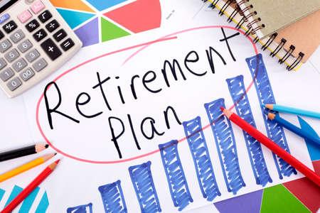退職計画手に書かれた言葉には、鉛筆、本、電卓に囲まれたバー グラフが描画されます。
