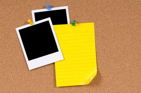 dopisní papír: Prázdné fotografické tisky s žlutá psací papír připnul na korkové nástěnky.