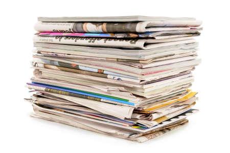 Stapel alter Zeitungen und Zeitschriften vor einem weißen Hintergrund