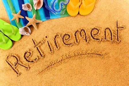 ビーチの背景にタオル、ビーチ サンダル、単語砂で書かれて退職。 写真素材
