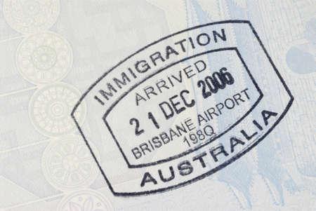 内側にオーストラリア移民入国スタンプをパスポートのページ。 コピーのためのスペース。 写真素材