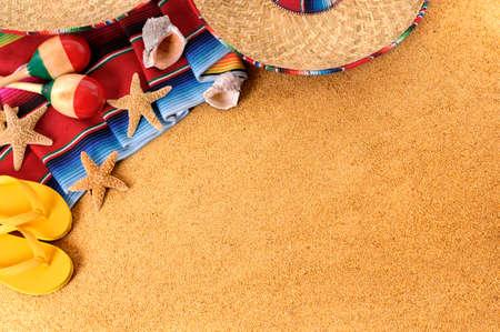 estrella de mar: Fondo de la playa mexicana con sombrero sombrero de paja, manta sarape tradicional, estrellas de mar, conchas y maracas. Espacio para la copia.