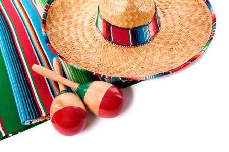 sombrero de charro: Tradicional alfombra blanketor sarape mexicano con sombrero y maracas aislados contra un fondo blanco. Espacio para la copia. Foto de archivo