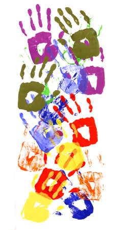 diversidad cultural: Patrón de la frontera vertical de los niños huellas de manos a base de pintura acrílica viva aislado en un fondo de papel blanco. Foto de archivo