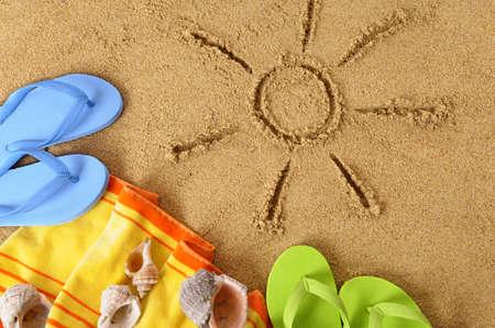 toallas: Fondo de la playa con el dibujo del sol, toalla y chanclas