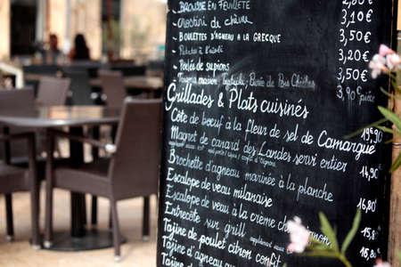 Restaurant à Paris avec le menu. Banque d'images