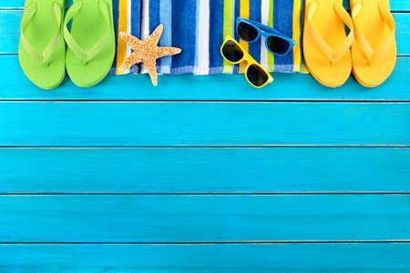 toalla: Playa del verano fondo frontera azul cubiertas copia espacio