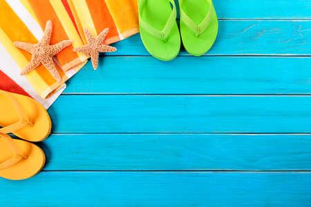 Beach background, starfish, flip flops, copy space 스톡 콘텐츠