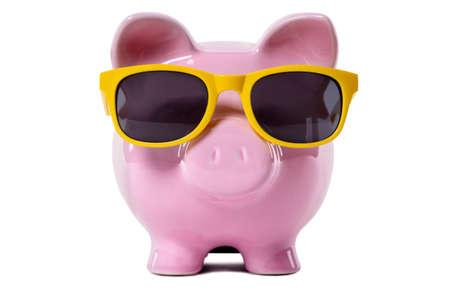 Roze spaarvarken dat gele zonnebril draagt. Geïsoleerd op wit. Stockfoto