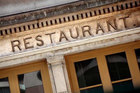 Fachada: Antiguo restaurante fachada de piedra en París.