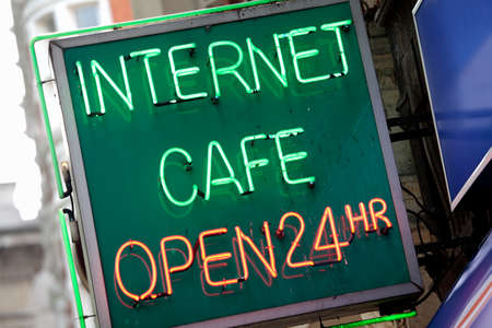 cafe internet: Neon Internet Cafe sesi�n el centro de Londres. Foto de archivo