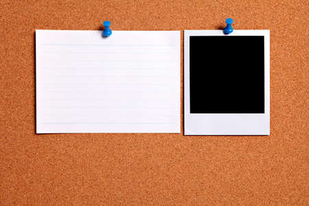 Blank  photo print and office index card pinned to a cork notice board.  Space for copy. Foto de archivo