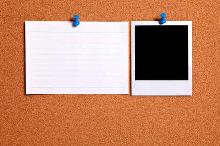 corcho: impresión de fotografías en blanco y tarjeta de índice de la oficina clavado en un tablón de corcho. Espacio para la copia.