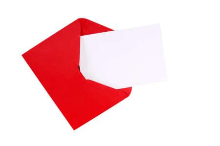 Rode envelop met lege witte wenskaart