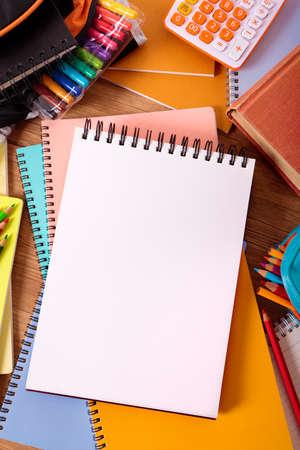 libros abiertos: escritorio del estudiante con el libro escrito en blanco, espacio de la copia