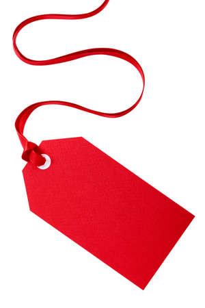 Rode gift tag met rood lint op wit wordt geïsoleerd