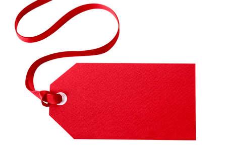 Red geschenk tag of prijs kaartje met een rood lint geïsoleerd op wit (met pad)