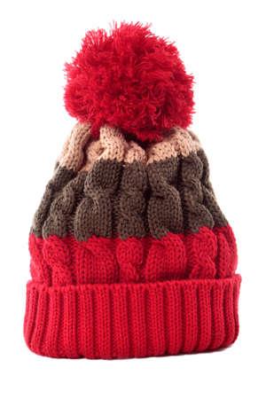sombrero: Bobble rayado rojo tejer sombrero o gorra de esqu� aislado en un fondo blanco.