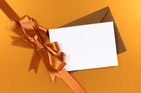 morenas: Oro de fondo de Navidad regalo de la cinta y el arco, etiqueta de regalo o tarjeta de navidad